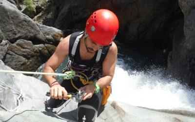 Quel est l'équipement de base pour pratiquer le canyoning et quelle est sa fonction principale?